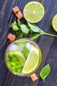 Mojito Coktail mit hellem Kubanischem Rum gemixt
