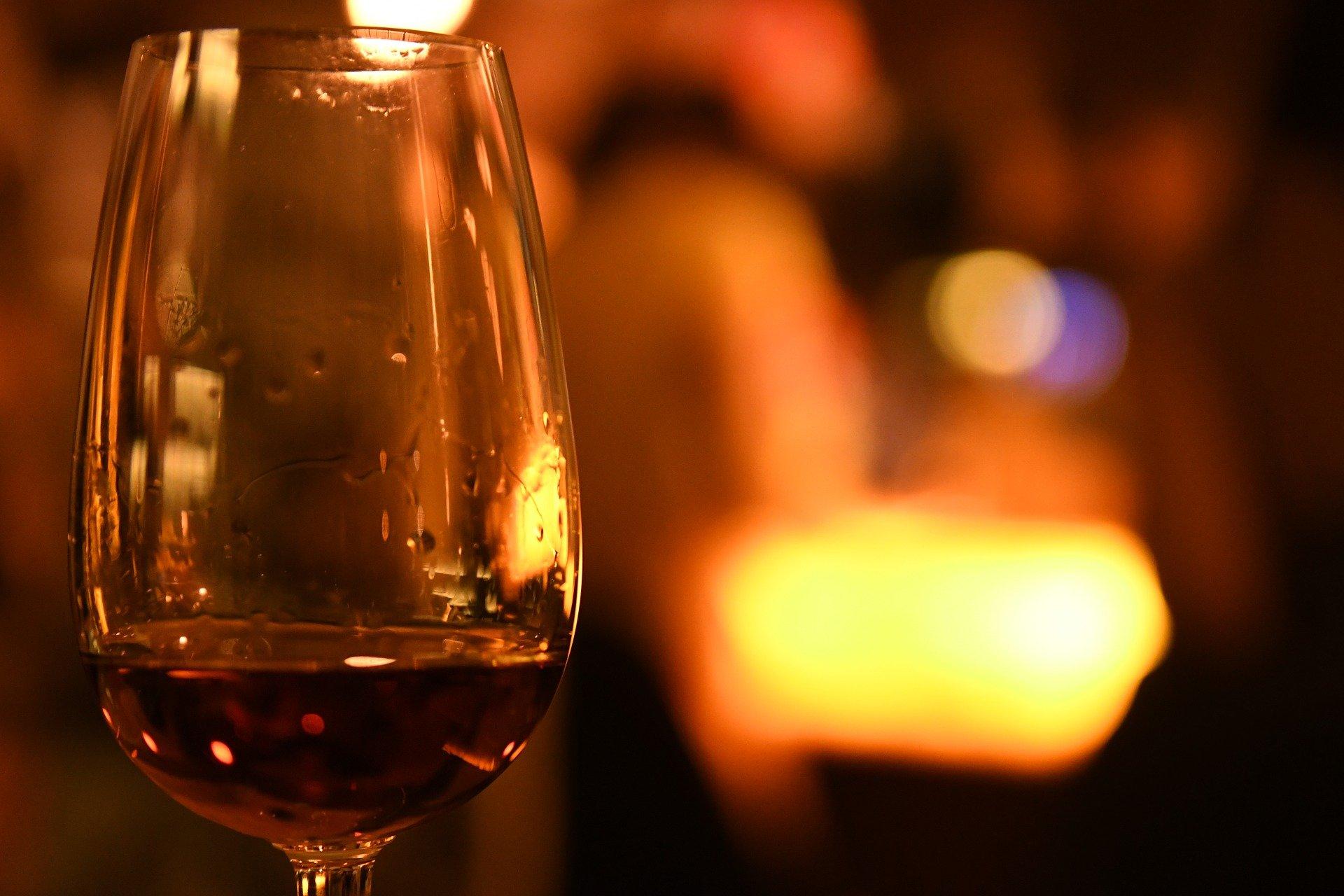 Brauner Rum reift mehrere Jahre lang in Holzfässern, für die tiefbraune Farbe